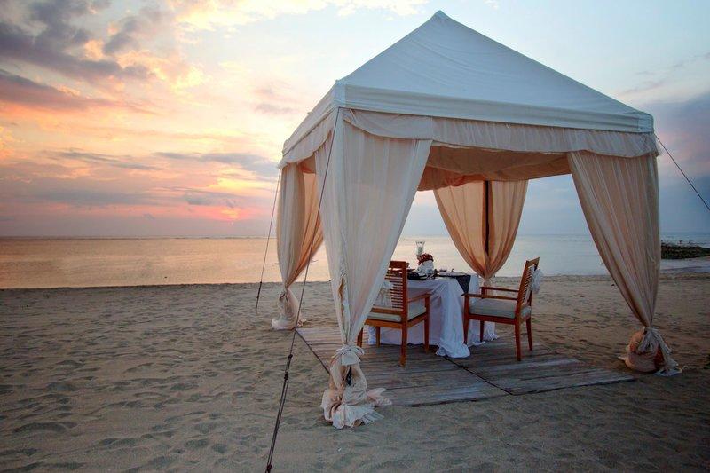 Kuta, Seminyak, Bali, Indonesia | ma joly restaurant dinner beach sunset tent